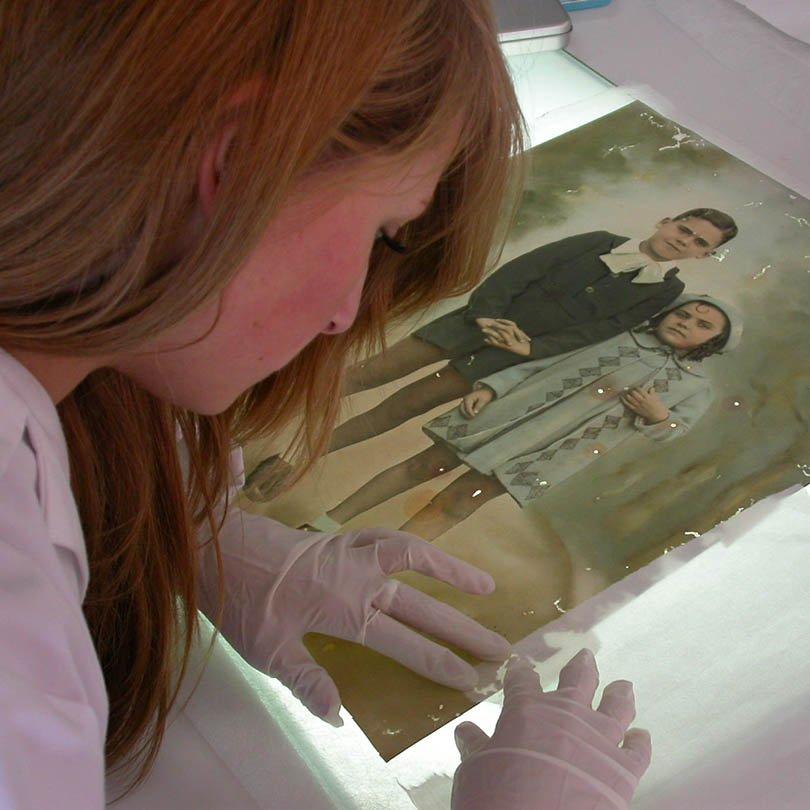 Alumna restaurando una fotografía antigua