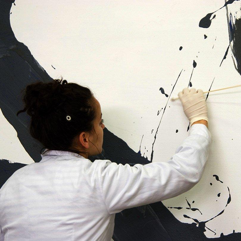 Alumna restaurando una pintura contemporánea