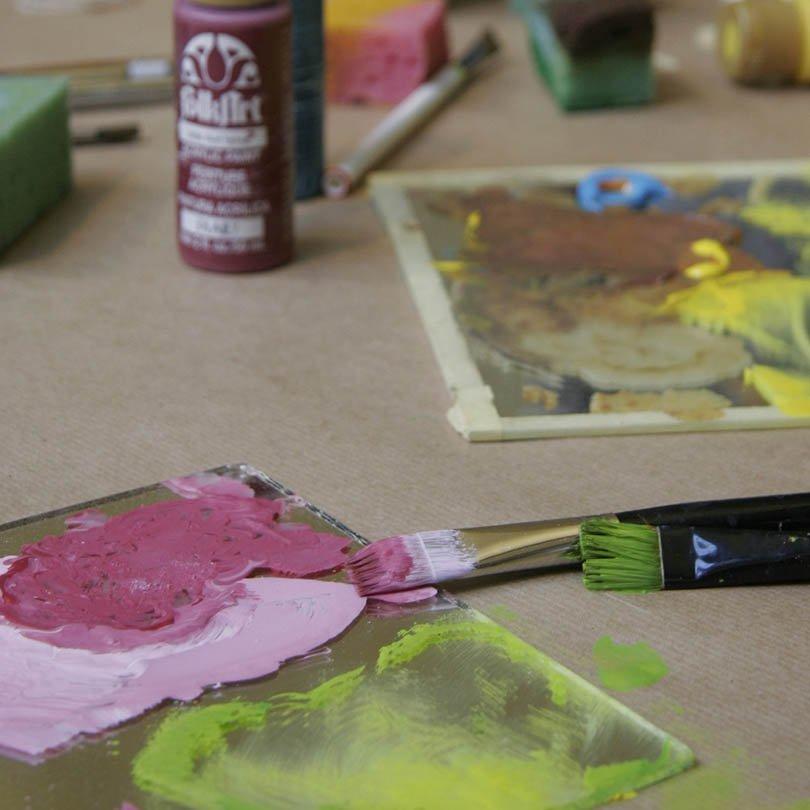 Materiales de artes plásticas sobre una mesa
