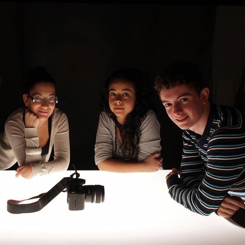 Tres alumnos posan en el plató