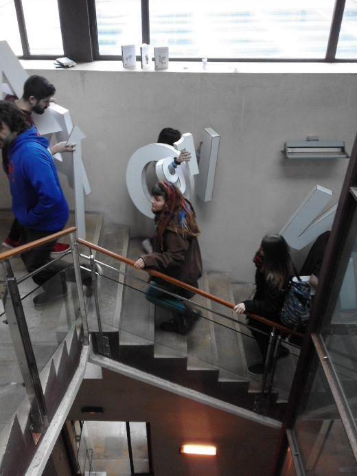 Transportando caracteres corpóreos escaleras abajo