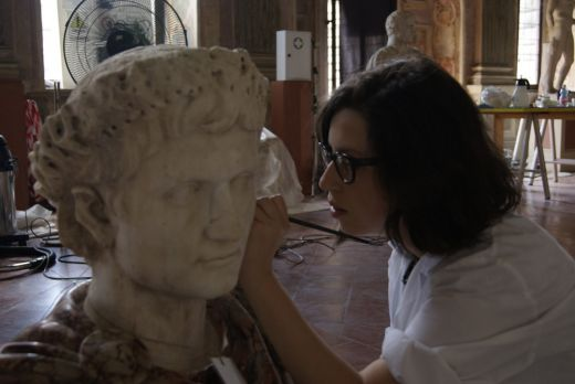 Alumna restaurando un busto