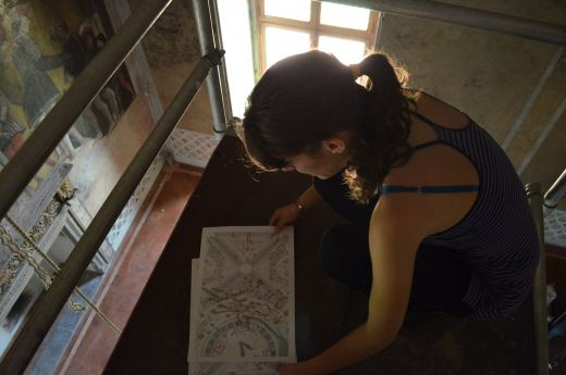 Alumna sobre el andamio analizando un mapa de deterioro (Camera degli Sposi)