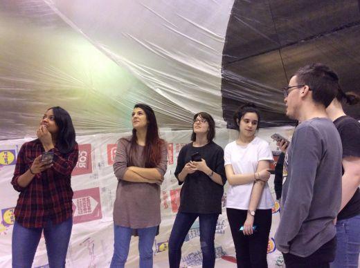 Taller de Basurama. Grupo de alumnos en el interior de la construcción una vez inflada