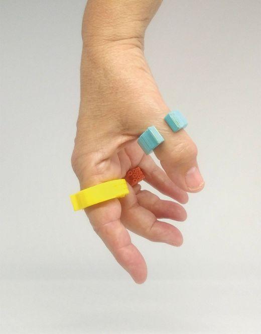 Primer plano de la mano de una usuaria con tres anillos