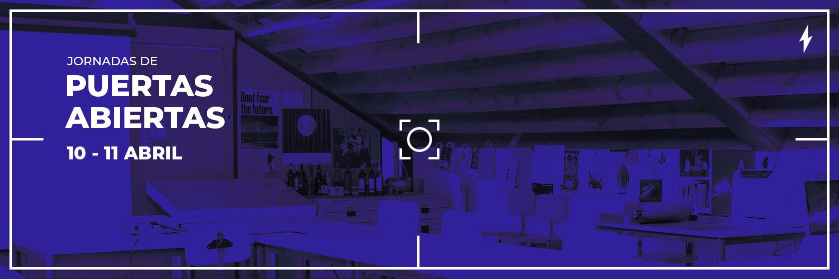 Imagen de un aula del centro tintada de azul vista a través de la pantalla de un móvil o cámara, con el texto