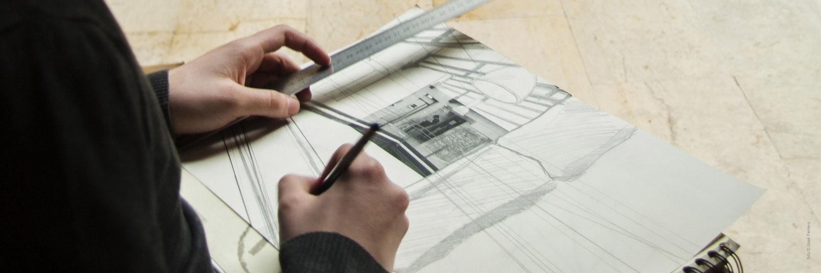 Plano detalle que muestra la mano de una persona dibujando a lápiz en un bloc / Foto: José Ferrero