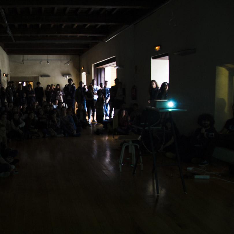 Público observando una proyección en el centro