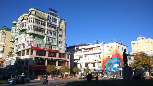 Edi Rama decidió en el año 2000 animar la grisura de Tirana pintando sus edificios. (Cada mañana nos encontrábamos en este cruce Samuel, profesor de La Coruña, y yo)