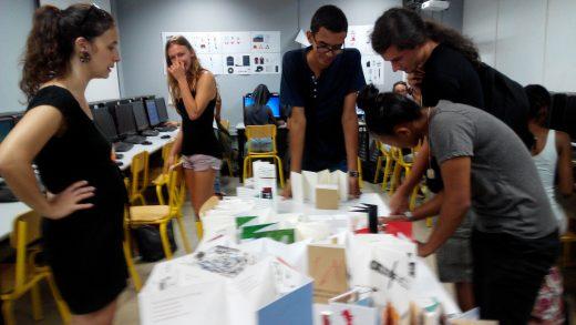 Con Noémie Brion y alumnos en el aula de Diseño Gráfico. Vieron trabajos de clase de la ESAPA y escogieron un artista español con el que empezar su proyecto personal para el taller.
