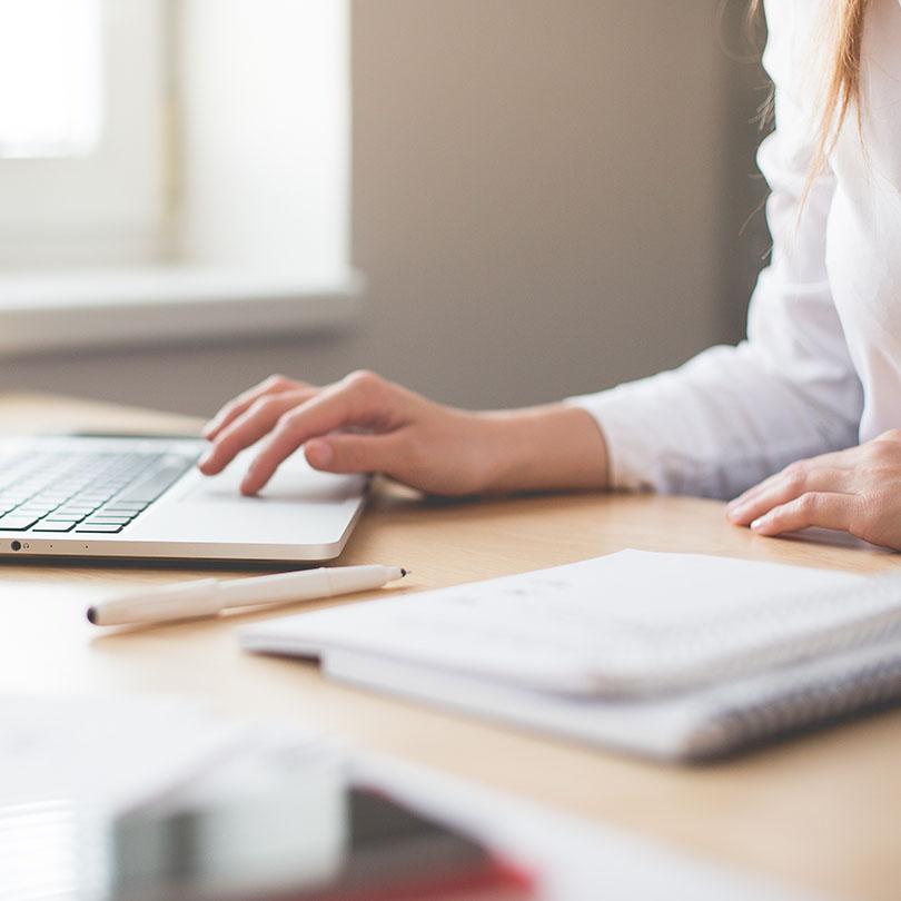 Mujer trabajando con un ordenador portátil