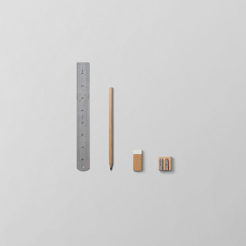 Vista cenital de una regla, un lapicero, una goma y un sacapuntas