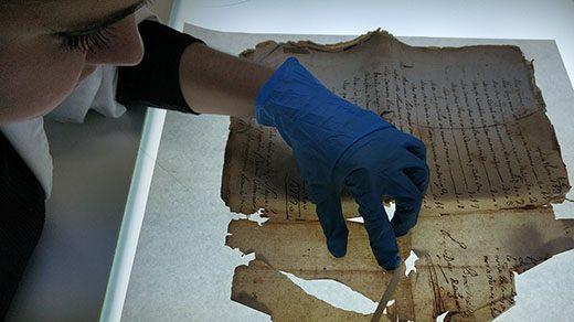 Restauradora trabajando en la restauración de un documento