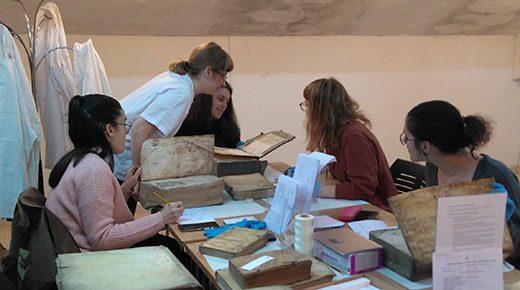 Alumnas trabajando en la campaña tutorizadas por dirección de Covadonga Miravalles