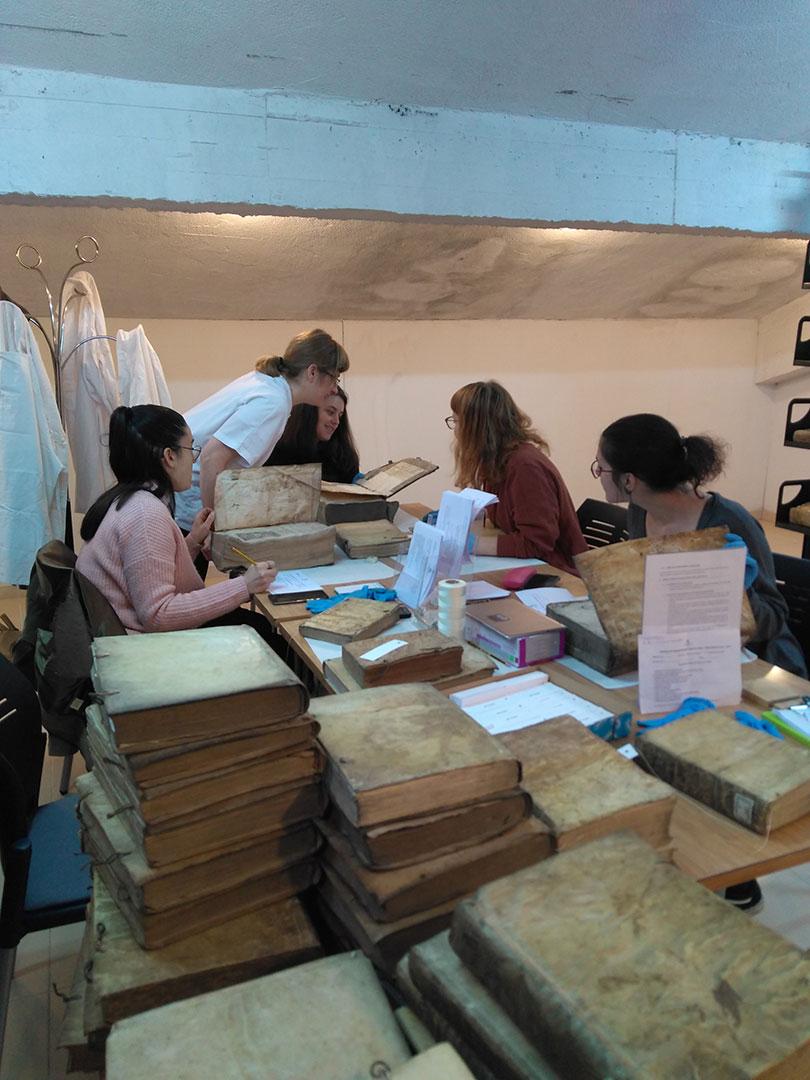 Alumnas trabajando en la campaña tutorizadas por Covadonga Miravalles