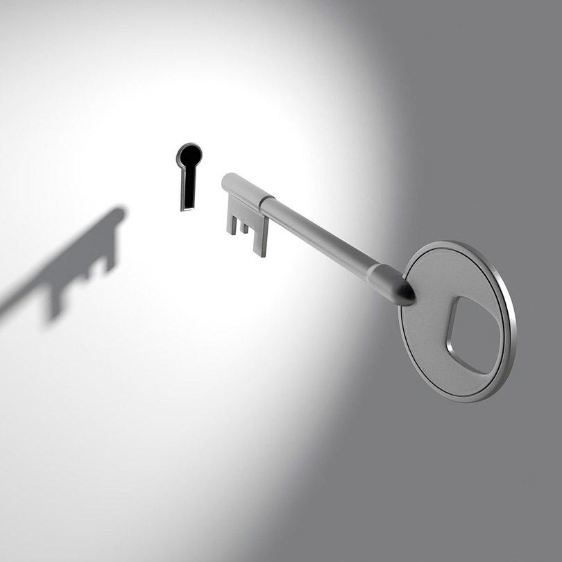 Fotografía de una llave flotando cerca de el ojo de una cerradura