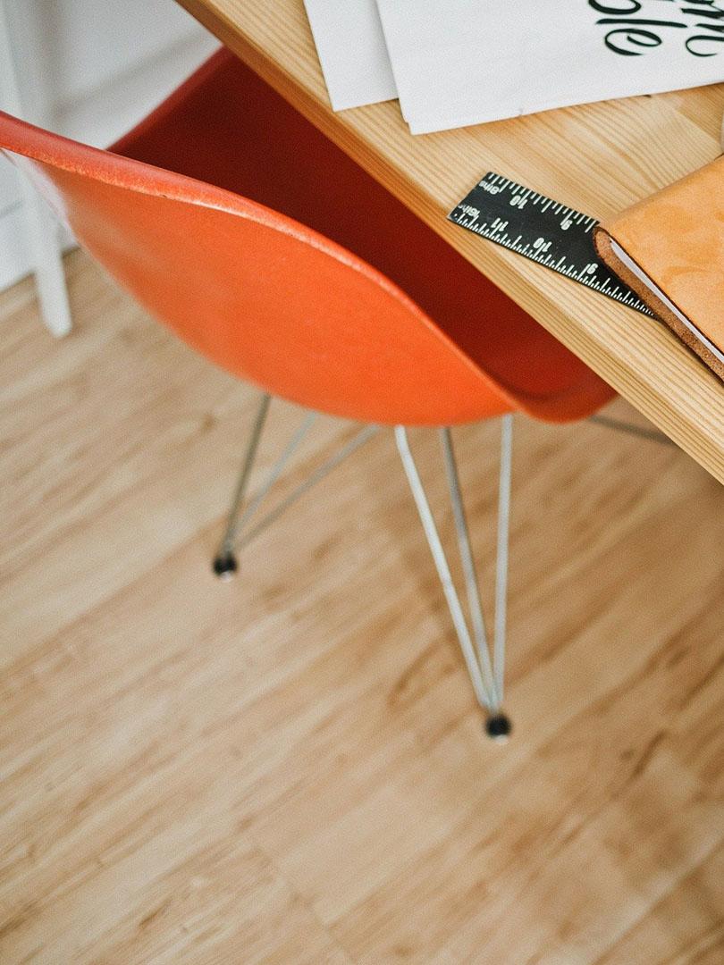 Vista parcial de un escritorio y una silla