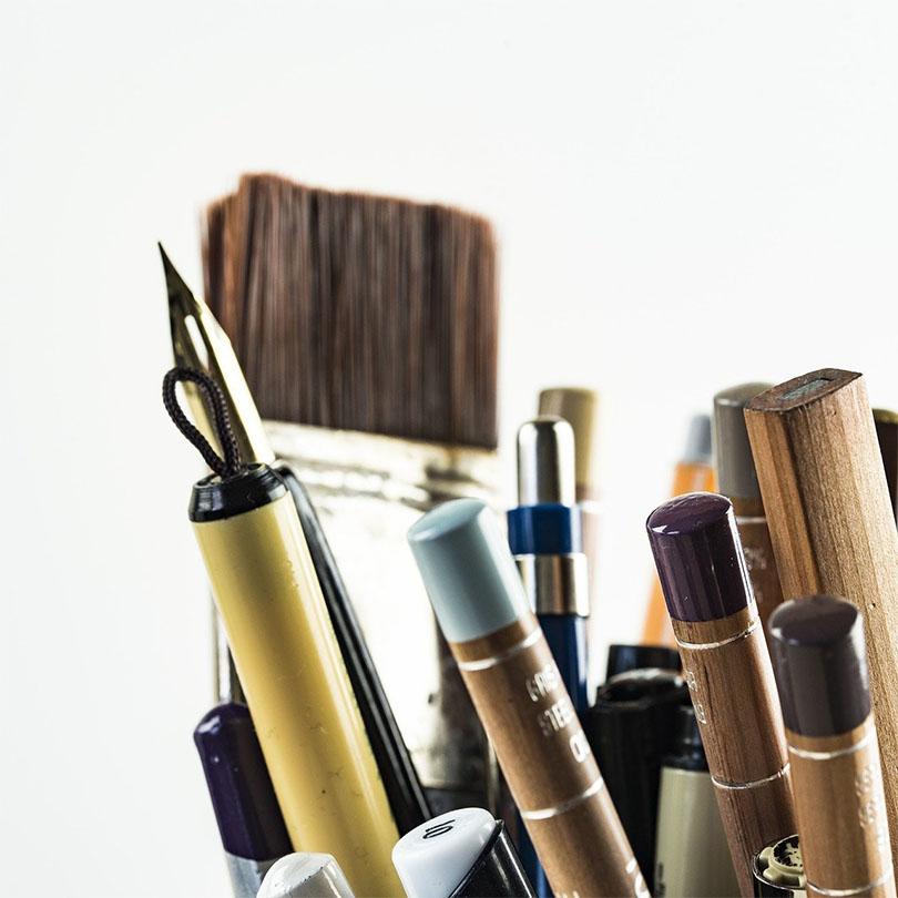 Primer plano de varias herramientas de dibujo y pintura