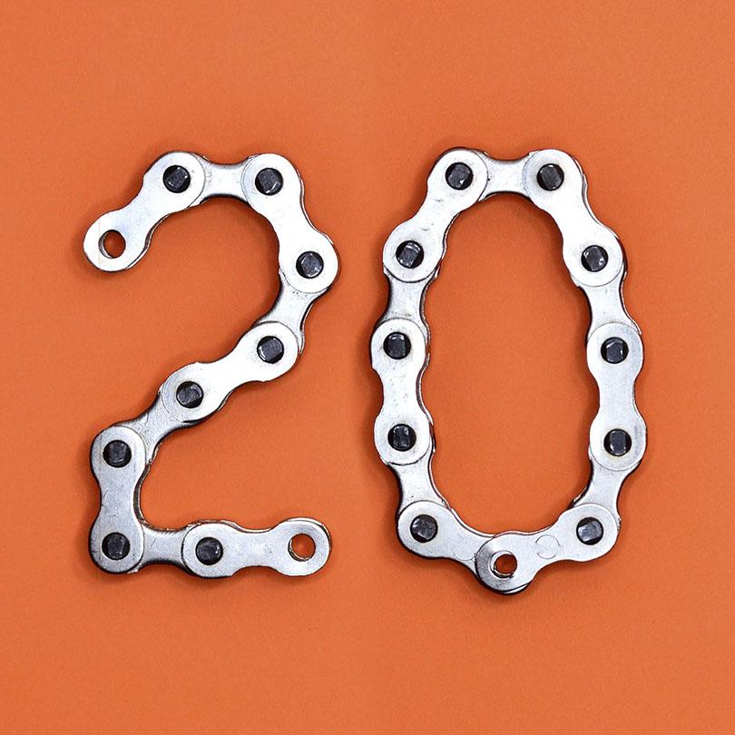 N煤mero 20 construido con dos cadenas de distribuci贸n sobre fondo naranja